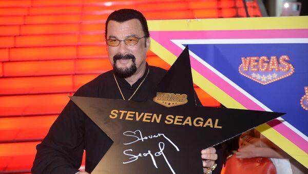 Amerykański aktor Steven Seagal po podpisaniu swojej gwiazdy na moskiewskiej Alei Sław niedaleko galerii handlowej VEGAS - Sputnik Polska