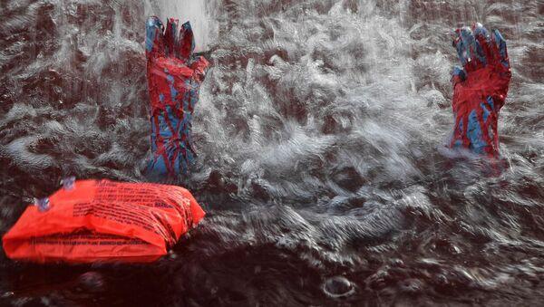 Instalacja przedstawiająca tonącego uchodźcę w jednej z ateńskich fontann - Sputnik Polska