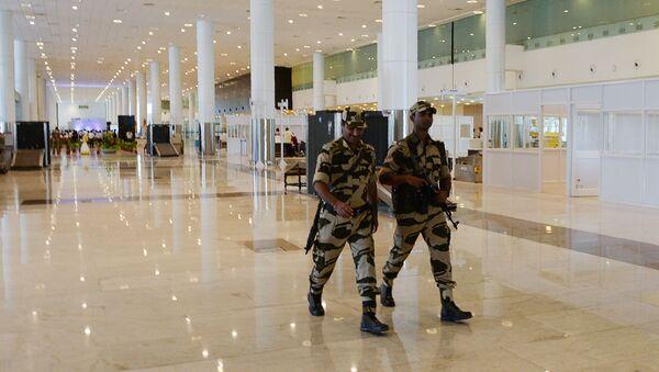 Strażnicy pracujący na lotniskach w Indiach muszą się mniej uśmiechać - Sputnik Polska