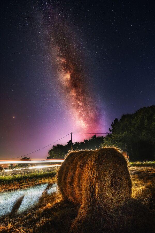 Droga Mleczna nad stogiem siana - Sputnik Polska