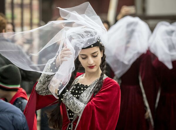 Tancerka w tradycyjnym stroju gruzińskim przed występem na festiwalu kultury gruzińskiej w Moskwie - Sputnik Polska