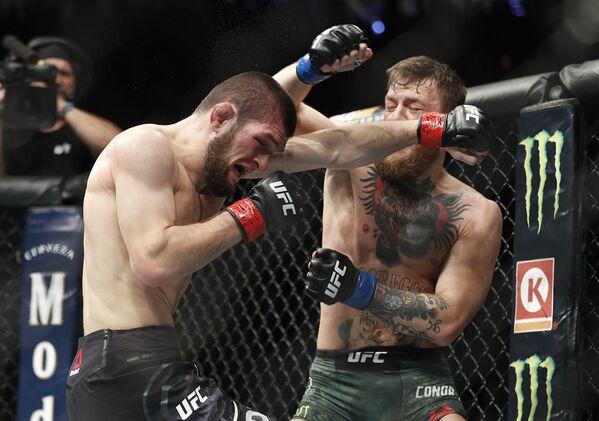 Rosyjski zawodnik sztuki walki  Khabib Nurmagomiedow walczy z Irlandczykiem Conorem McGregorem o tytuł mistrza UFC w wadze lekkiej - Sputnik Polska
