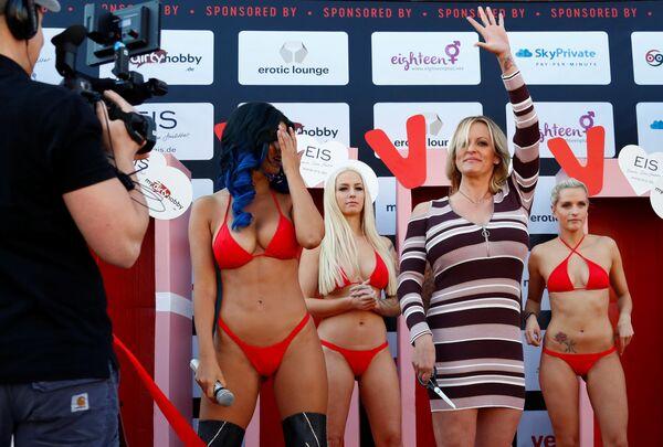 Aktorka porno Stormy Daniels bierze udział w pokazie erotycznym Venus w Berlinie, Niemcy - Sputnik Polska