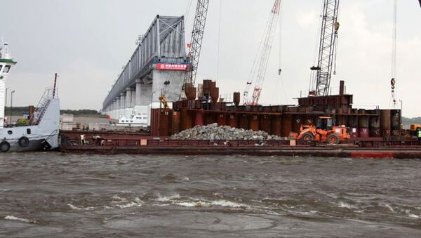 Budowa transgranicznego mostu przez rzekę Amur - Sputnik Polska