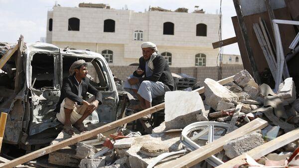 Jemeńczycy przy ruinach domu zniszczonego w nalocie przeprowadzonym przez Arabię Saudyjską - Sputnik Polska
