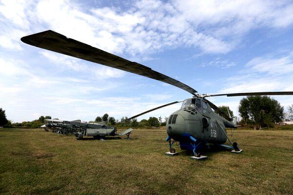 Śmigłowiec Mi-4 na lotnisku w mieście Kuçova, Albania - Sputnik Polska