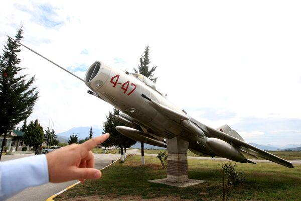 Radziecki odrzutowy samolot myśliwski MiG-19 na lotnisku w mieście Kuçova, Albania - Sputnik Polska