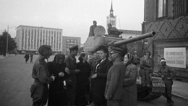 Mieszkańcy rozmawiają z radzieckimi czołgistami, którzy wyzwolili Tallin, Estonia, 1944 rok - Sputnik Polska