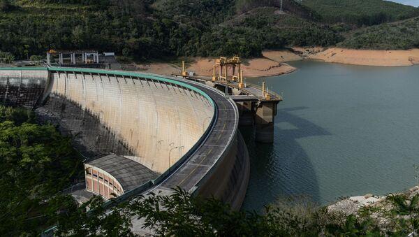 Niski poziom wody w zbiorniku w mieście Itaiatia, Brazylia. 2014 r. - Sputnik Polska