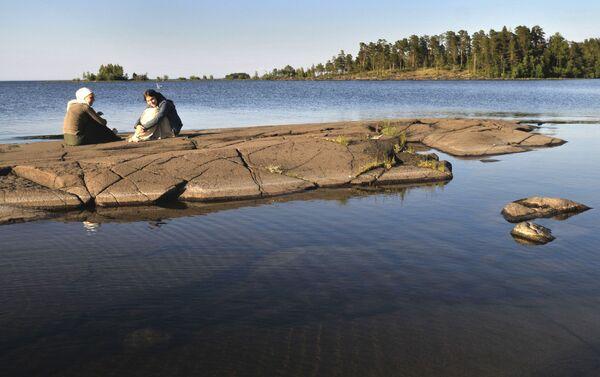 Pielgrzymi na brzegu półwyspa Walaam w Karelii - Sputnik Polska