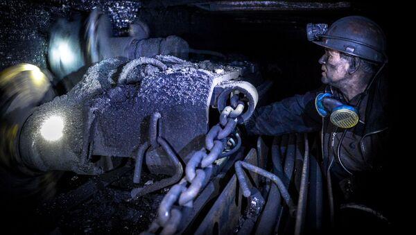 Górnik wydobywa węgiel w kopalni Głubokaja w Szachtarśku w obwodzie donieckim - Sputnik Polska
