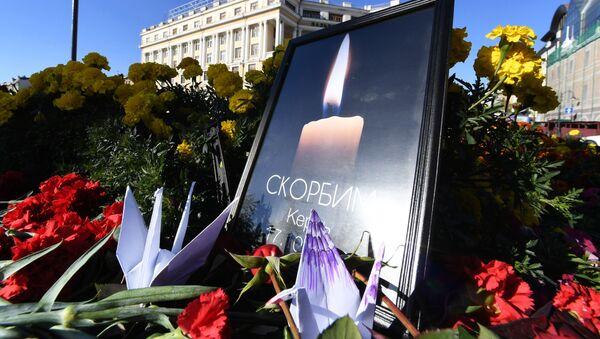 Kwiaty przy narodowym pomniku we Władywostoku w pamięci zabitych na kerczeńskiej uczelni, na której nastąpił wybuch i strzelanina - Sputnik Polska