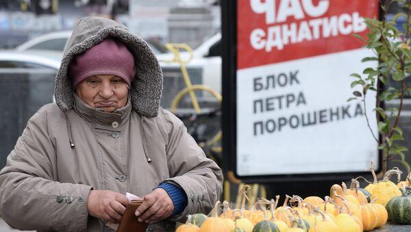Kobieta na tle plakatu wyborczego Petra Poroszenki w Kijowie - Sputnik Polska