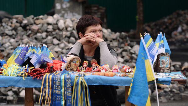 Sprzedawczyni gadżetów związanych z eurointegracją Ukrainy - Sputnik Polska