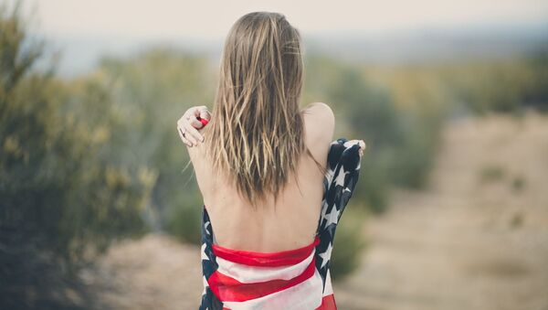 Kobieta owinięta w amerykańską flagę - Sputnik Polska