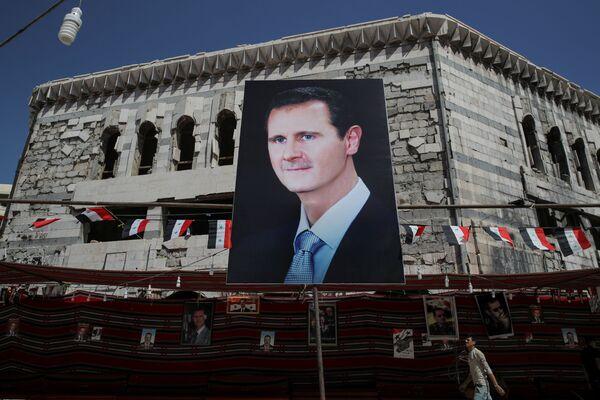 Plakat ze zdjęciem Baszszara al-Asada - Sputnik Polska