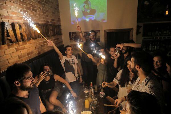 Syryjczycy świętują urodziny w barze - Sputnik Polska