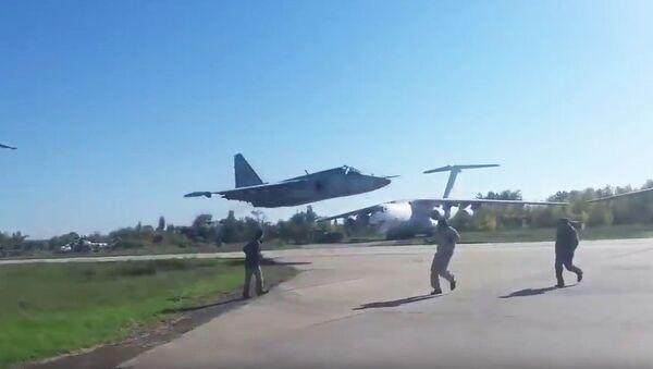 Ukraiński samolot szturmowy Su-25M1 w czasie lotu na bardzo małej wysokości - Sputnik Polska