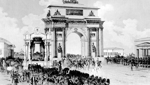 Aleksander I na czele rosyjskich wojsk uroczyście wjeżdża do Moskwy przez Bramę Triumfalną po zwycięskim zakończeniu Wojny Ojczyźnianej z Napoleonem i zagranicznej kampanii - Sputnik Polska
