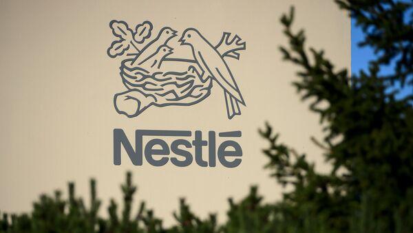 Logo szwajcarskiej wielonarodowej korporacji i największego na świecie producenta żywności Nestle - Sputnik Polska