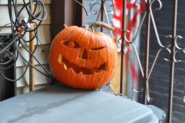Dynia na drabinie podczas obchodów Halloween w USA - Sputnik Polska