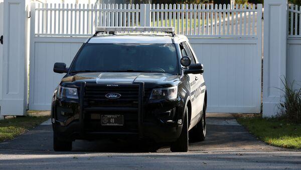 Samochód policyjny na podjeździe do domu Billa i Hillary Cliton na przedmieściach Nowego Jorku - Sputnik Polska