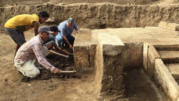 Archeolodzy na miejscu wykopaliska, gdzie znaleziono salę tronową faraona Ramzesa II - Sputnik Polska