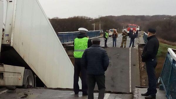 Zawalenie mostu pod ciężkim ładunkiem przez rzekę Osinowka w Kraju Nadmorskim - Sputnik Polska