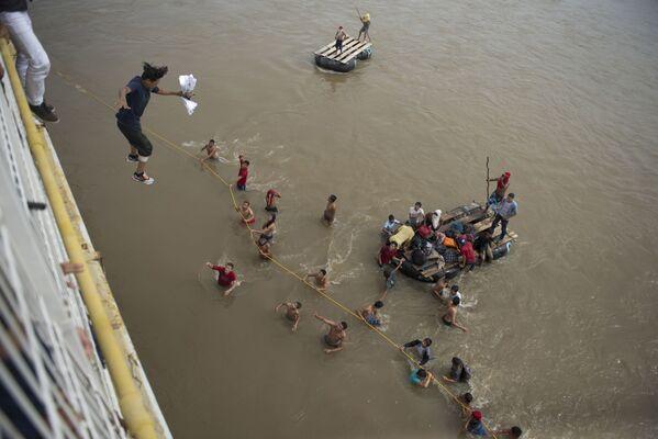 Gwatemala: Migranci, którzy nie chcą czekać na wizę do Meksyku, skaczą z mostu do rzeki. - Sputnik Polska