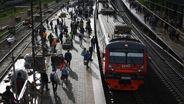 Podmiejski pociąg na peronie - Sputnik Polska