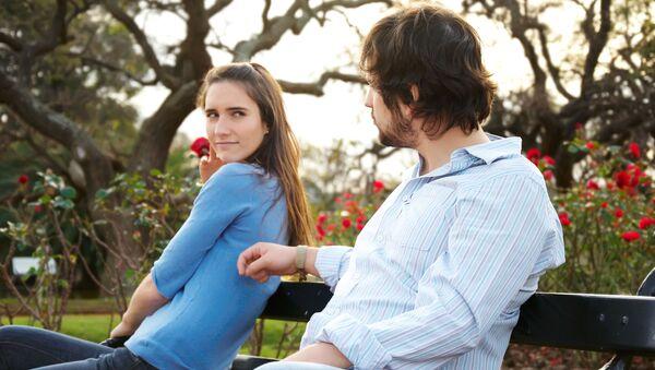 Dziewczyna i chłopak na ławce w parku - Sputnik Polska