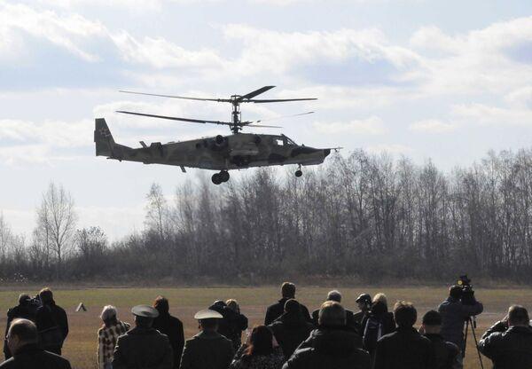 Боевой вертолет КА-50 Черная акула совершает показательный полет над летным полем авиазавода Прогресс в городе Арсеньев - Sputnik Polska