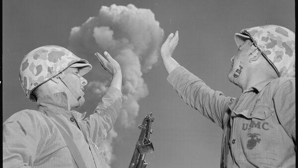 Amerykańscy żołnierze trzymają grzyb atomowy podczas ćwiczeń Desert IV, Nevada, 1952 r. - Sputnik Polska