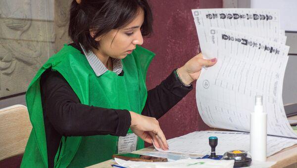 Pracownica jednego z lokali wyborczych w Tbilisi na wyborach prezydenckich w Gruzji - Sputnik Polska