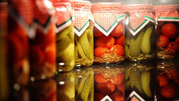 Słoiki z ogórkami i pomidorami - Sputnik Polska