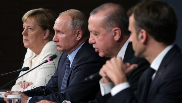 Kanclerz Niemiec Angela Merkel, prezydent Rosji Władimir Putin, prezydent Turcji Recep Tayyip Erdogan i prezydent Francji Emmanuel Macron na szczycie w Stambule - Sputnik Polska
