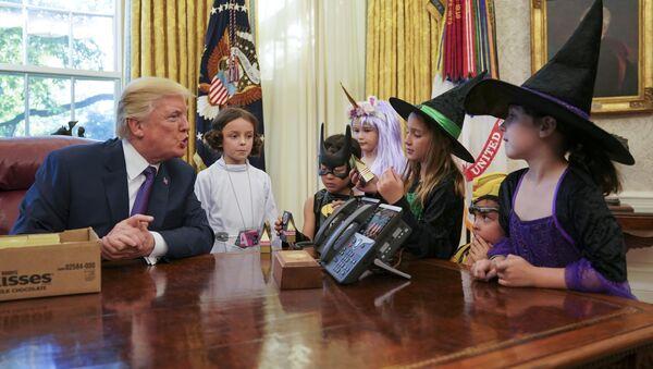 Dzieci w gabinecie Trumpa, cukierek albo psikus - Sputnik Polska