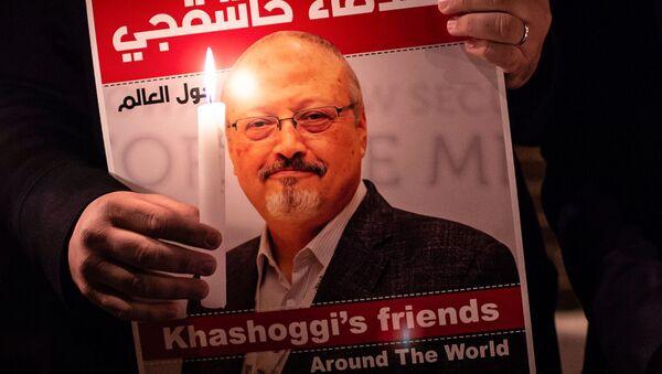 Uczestnik akcji ku pamięci saudyjskiego dziennikarza Dżamala Chaszodżdżiego pod budynkiem konsulatu Arabii Saudyjskiej w Stambule - Sputnik Polska