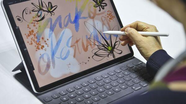 Japońska artystka Mako Oke testuje nowy iPad Pro w Nowym Jorku  - Sputnik Polska