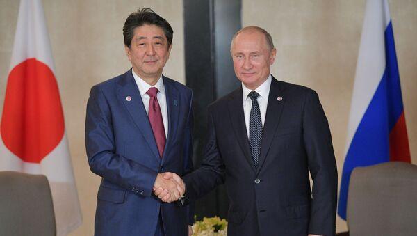 Władimir Putin i Shinzo Abe w Singapurze - Sputnik Polska