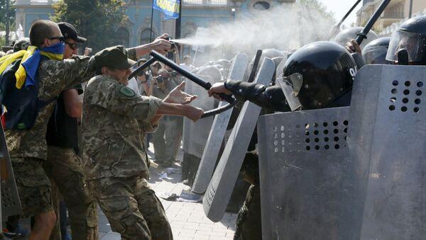 Starcia protestujących z milicją pod budynkiem Rady Najwyższej w Kijowie - Sputnik Polska