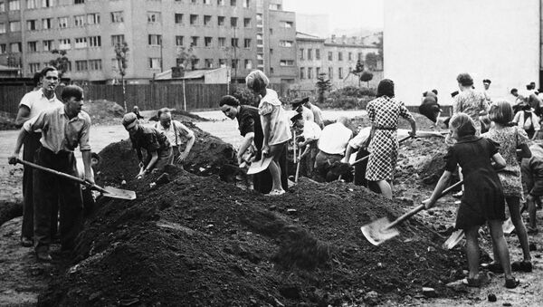 Mieszkańcy Warszawy robią transzeje podczas II Wojny Światowej - Sputnik Polska