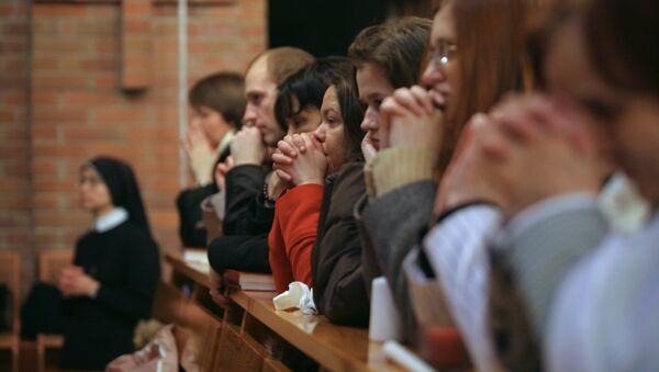Parafianie na świątecznej liturgii wielkanocnej w Katedra Przemienienia Pańskiego - Sputnik Polska