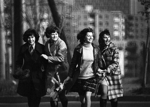 Dziewczyny na ulicy w Mińsku, 1974 rok - Sputnik Polska