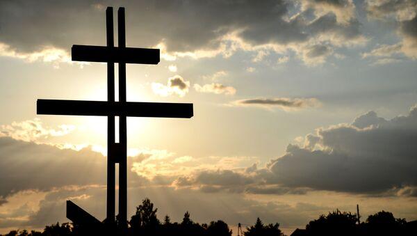 Krzyż przed nowym kościołem prawosławnym pod wezwaniem św. Sofii Mądrości Bożej w Warszawie - Sputnik Polska