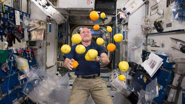 Kosmonauta Scott Kelly żongluje owocami w stanie nieważkości - Sputnik Polska