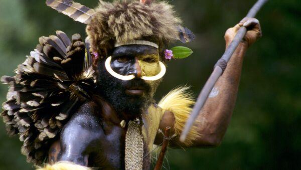 Indianin z plemienia Dani podczas polowania, Nowa Gwinea - Sputnik Polska