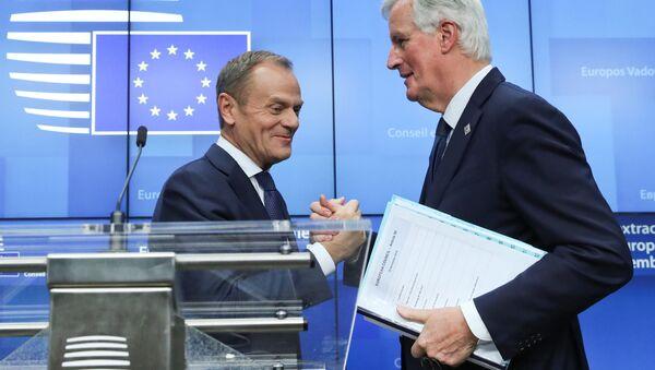 Szef Rady Europejskiej Donald Tusk i główny negocjator UE ws. brexitu Michel Barnier na szczycie w Brukseli. - Sputnik Polska