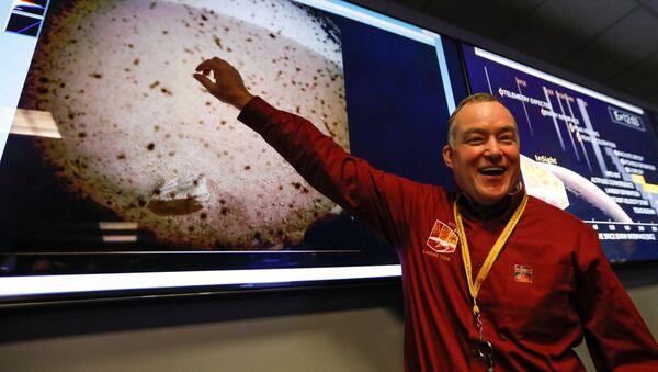 Kierownik projektu Tom Hoffman wskazuje na pierwsze zdjęcie planety Mars, zrobione przez sondę kosmiczną NASA InSight - Sputnik Polska