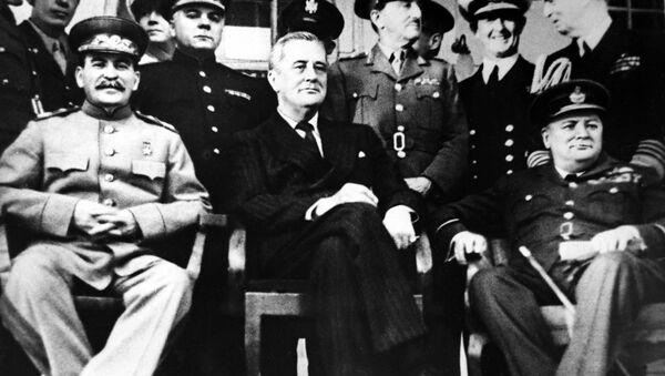 Przywódca ZSRR Józef Stalin, prezydent USA Franklin Roosevelt i premier Wielkiej Brytanii Winston Churchill na Konferencji teherańskiej w 1943 roku - Sputnik Polska
